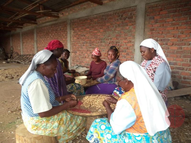 Congo Daughters of the Resurrection trabajando con otras mujeres web