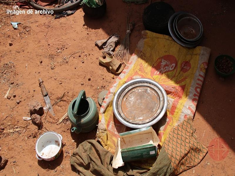 Niger utensilios de cocina en el suelo web con imagen de archivo