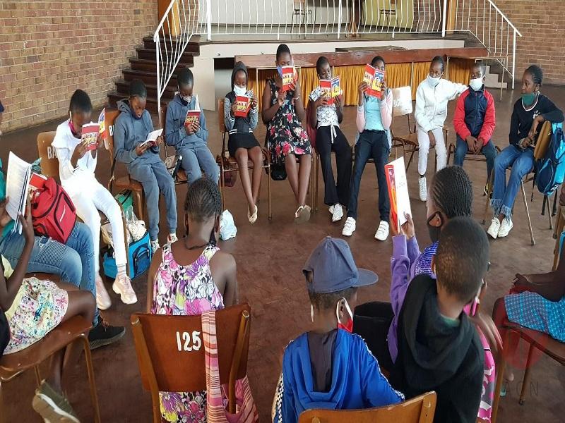Zimbabwe niños en circulo leyendo la biblia del niño web