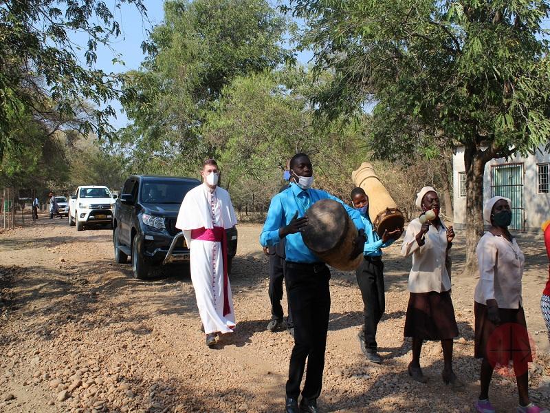 Zimbabwe nuncio Bishop Paulo Rudelli (Apostolic Nuncio to Zimbabwe) with young people web