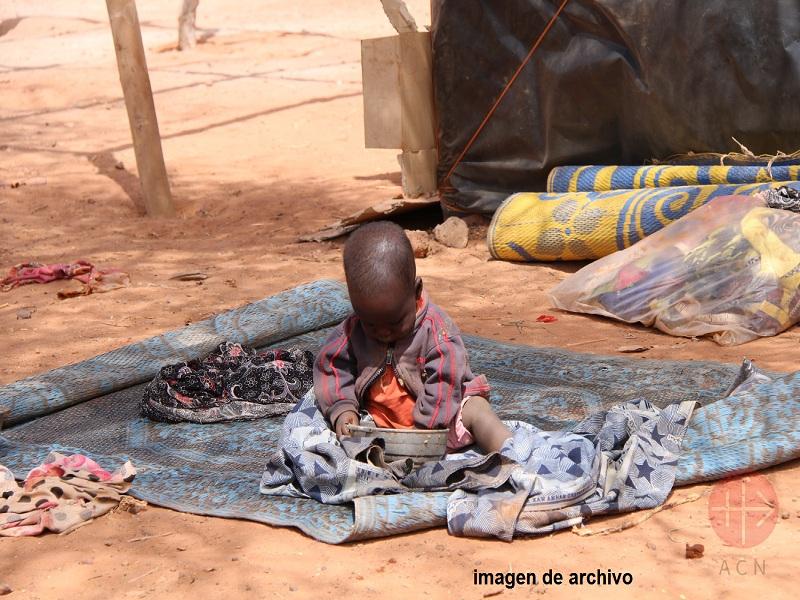 niger niño vomiendo en alfombra en el suelo web