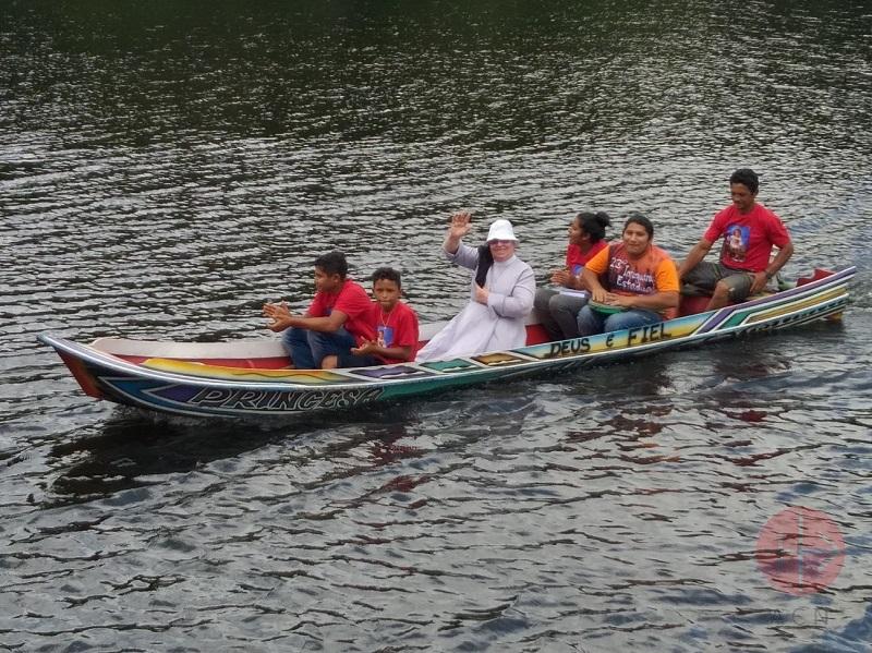 Brasil sacerdote en canoa web