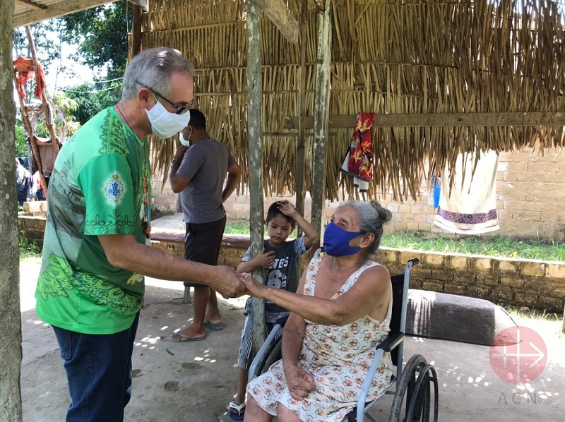 Brasil saludando a una anciana