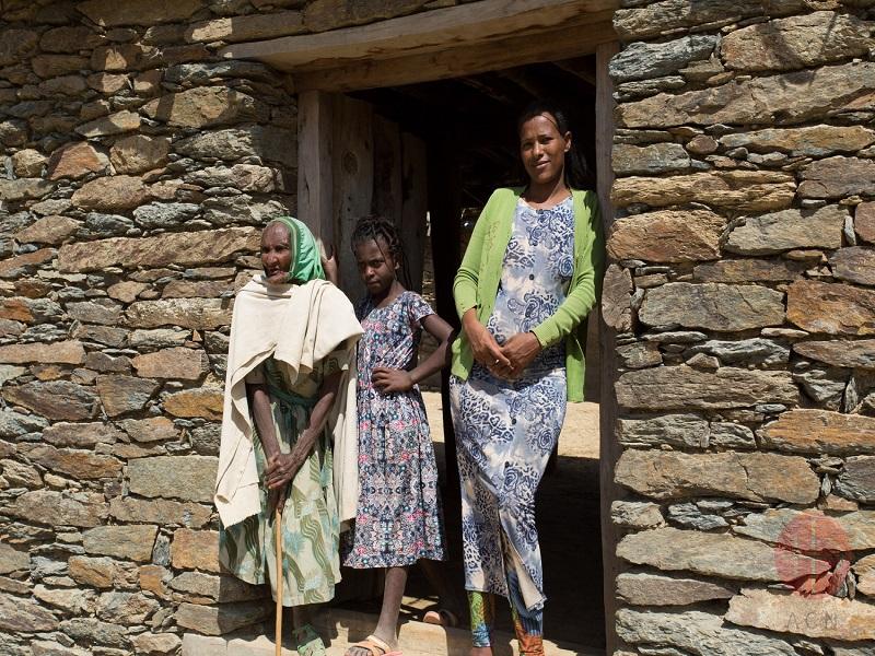 Etiopía mujeres frente a casa web