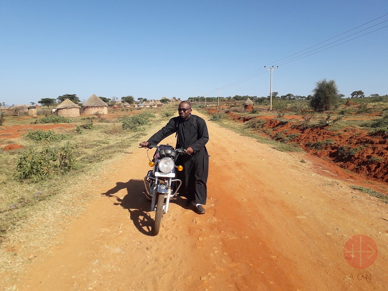 Etiopia sacerdote con una moto
