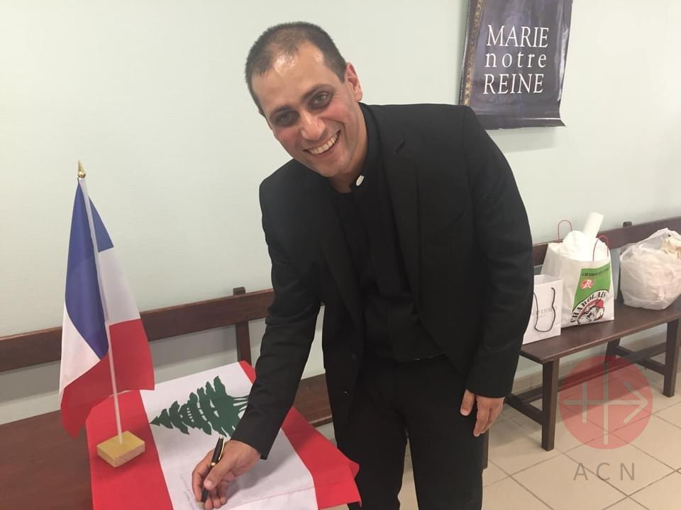 Libano padre firmando libro