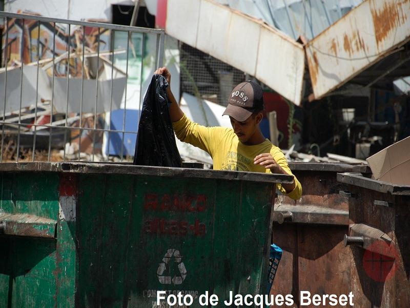 Líbano persona levanta bandera foto de jacques berset web