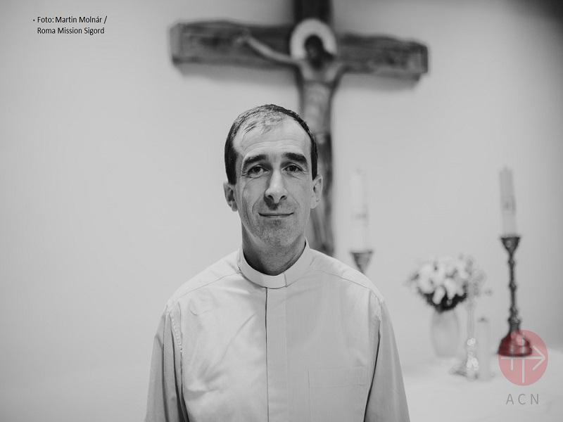 padre Martin acción con los gitanos con creditos web