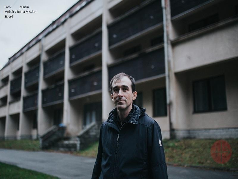 padre Martin frente a edificio de mision gitana con credito web