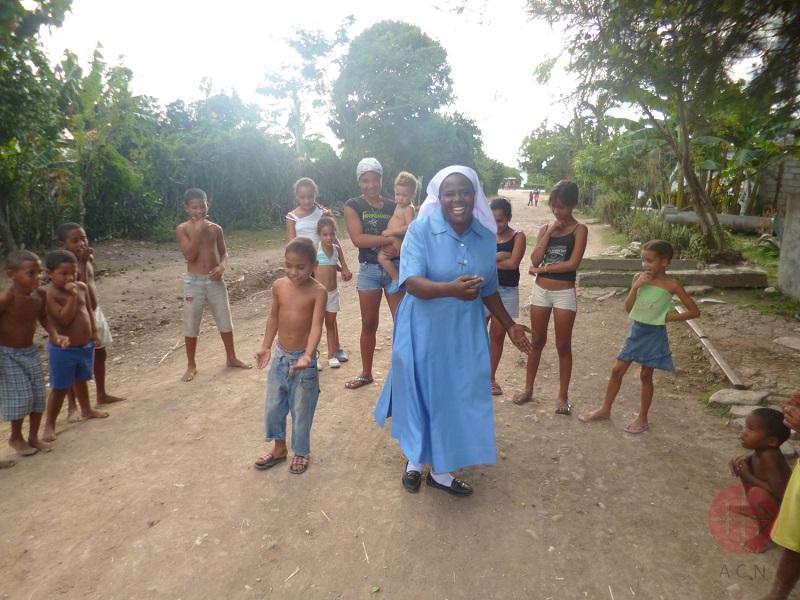 Cuba religiosa bailando con niños web