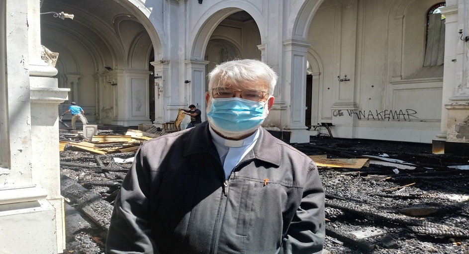 Fire and vandalism: the endless tragedy of two listed churches in Santiago – October 2020