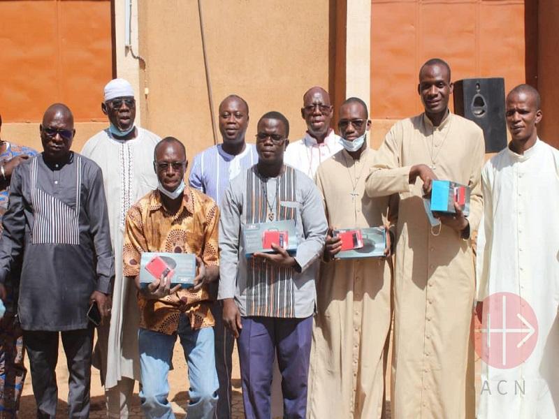 Burkina Faso hombres reciben radios