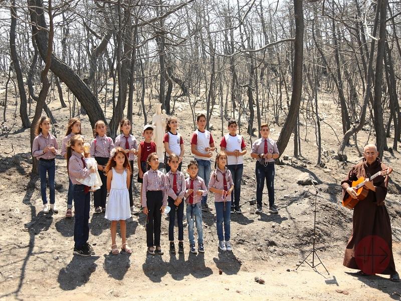 Líbano un millon niños con virgen y sacerdote con guitarra web