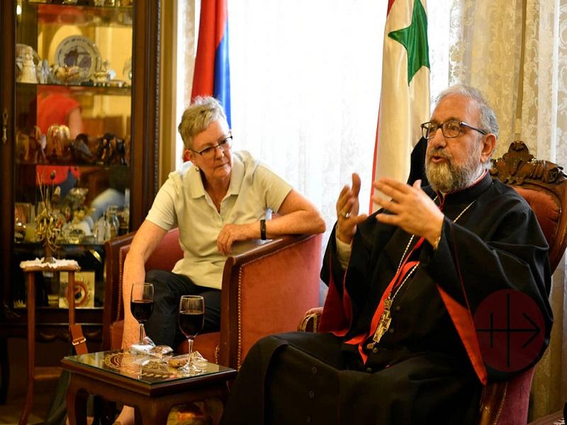 Siria Regina Lynch con obispo